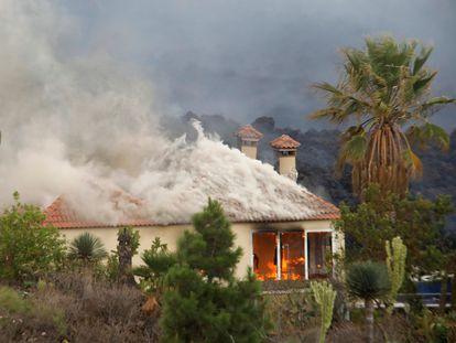 Una casa es destruida por la lava del volcán de la zona de Los Llanos, a 20 de septiembre de 2021, en El Paso, La Palma.