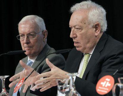El ministro de Exteriores, José Manuel García Margallo (dcha.) acompañado del director del Instituto Cervantes, Víctor García de la Concha en la presentación del Anuario de esta institución.