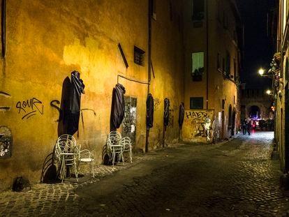 Un callejón en la ciudad de Roma.