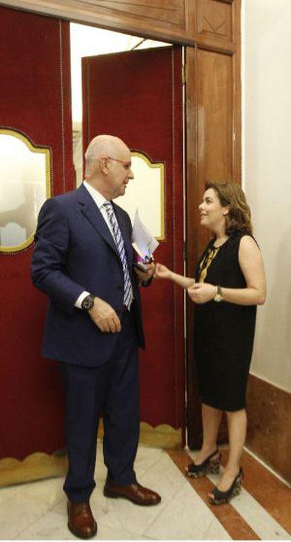 Soraya Sáenz de Santamaría (PP) y Josep Antoni Duran Lleida (CiU) charlan hoy en el Congreso.