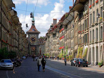Una de las principales calles de Berna, con la torre del reloj al fondo.