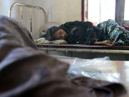 Una joven rohingya espera atención médica en una clínicas de los campos de desplazados en Sittwe, Myanmar.