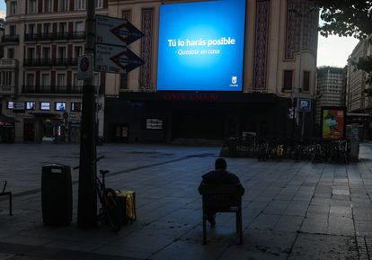 Los lugares icónicos de la ciudad prácticamente vacíos. Un repartidor junto a su bicicleta en la plaza de Callao, durante el estado de alarma.