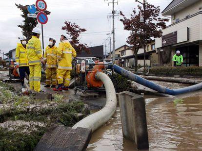 Una brigada de bomberos trabaja este martes en una zona inundada de Nagano. En vídeo, imágenes de la destrucción en Japón.