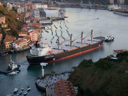 Un buque de gran tonelaje entra en la bahía de Pasajes.