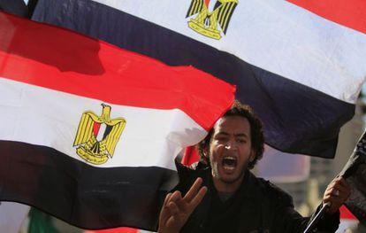 Un manifestante egipcio en la plaza Tharir.