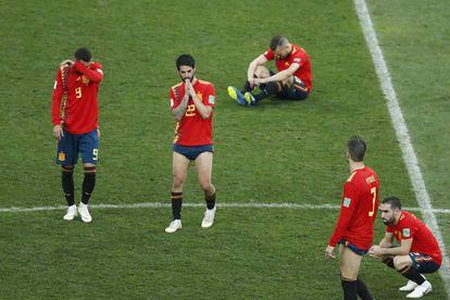 Los jugadores de España, tras consumarse su eliminación en la tanda de penaltis.
