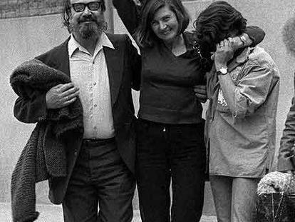 Eva Forest, con su marido y su hija, cuando salió de Yeserías, en 1977.