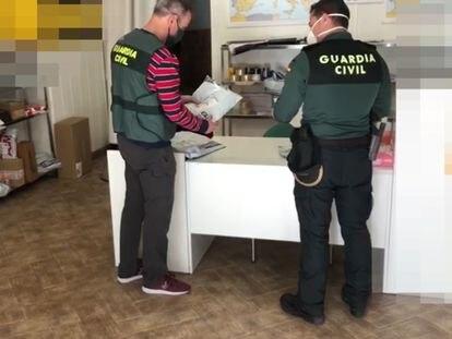 Dos agentes de Guardia Civil en el marco de la Operación Maskos.