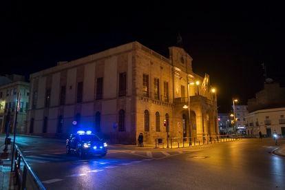 Un coche de policía pasa por el Ayuntamiento de Linares en una imagen de archivo.