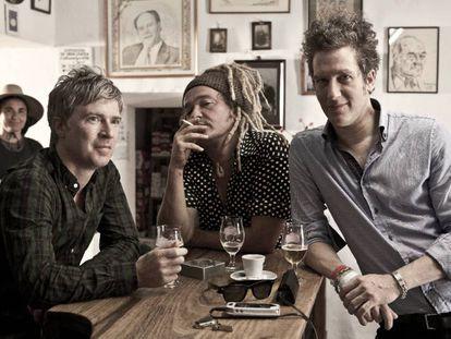 De izquierda a derecha, Matthew Caws, Daniel Lorca e Ira Elliot.