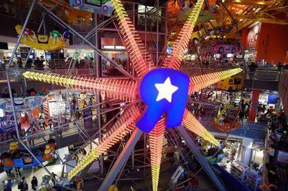 """Noria en la tienda insignia de Toys """"R"""" Us en Times Square."""