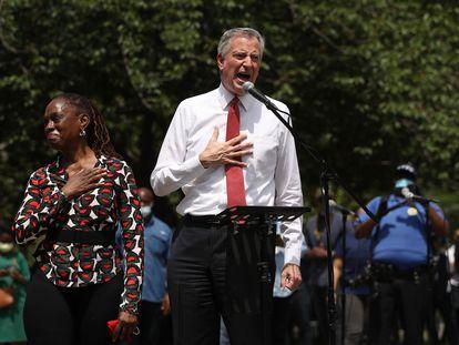 El alcalde De Blasio habla en un acto en memoria de Geoge Floyd en Brooklyn.