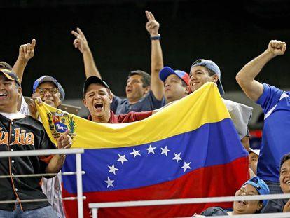 Aficionados venezolanos durante un partido de béisbol.
