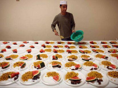 Un cocinero en Londres prepara platos de ramadán, un tipo de ayuno.