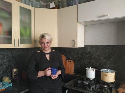 Yulia Rodina en la cocina de su apartamento en la ciudad rusa de Kaluga. Su sueño es abrir un taller de costura.