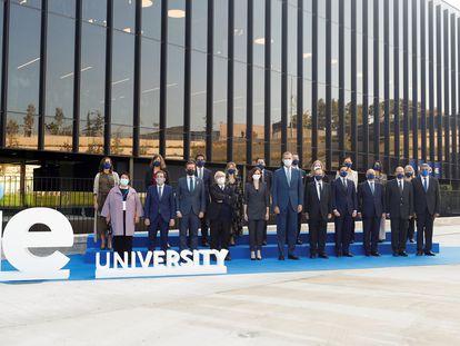El rey acompañado por el alcalde de Madrid, José Luis Martínez-Almeida; la presidenta de la Comunidad de Madrid, Isabel Díaz-Ayuso; y el presidente del PP, Pablo Casado, entre otras autoridades, posa para la foto de familia a su llegada a la inauguración del IE Tower.