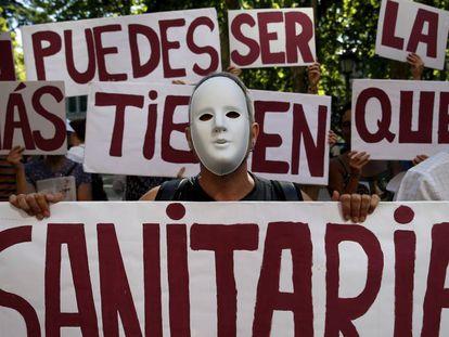 Protesta frente al Ministerio de Sanidad para reivindicar una sanidad universal en España, en 2015.