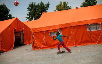 Un niño juega en un campamento instalado en Lorca para acoger a las personas que se han quedado sin hogar tras el terremoto del martes.