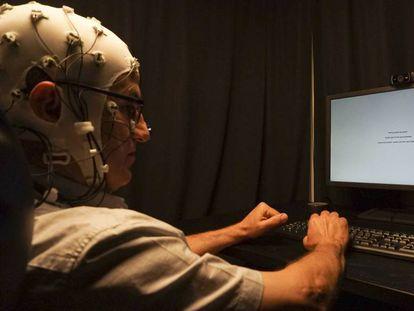 Un paciente, durante una prueba de estimulación cerebral en el Migraine Adaptative Brain Center de Barcelona.