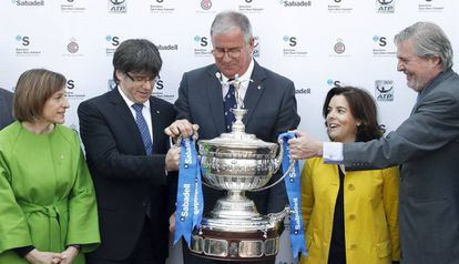 Carme Forcadell, Carles Puigdemont, Albert Agustí, Soraya Sáenz de Santamaría e Íñigo Méndez de Vigo, junto el trofeo Conde de Godó, ayer.