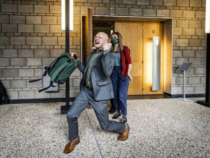 Donald Pols, director de Milieudefensie, celebra el fallo del tribunal holandés contra Shell, este miércoles.