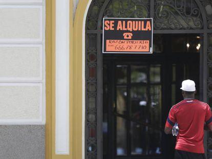 Un cartel anuncia un alquiler en la calle de Alcalá (Madrid).