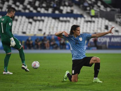 Edinson Cavani celebra su gol de penalti frente a Paraguay.