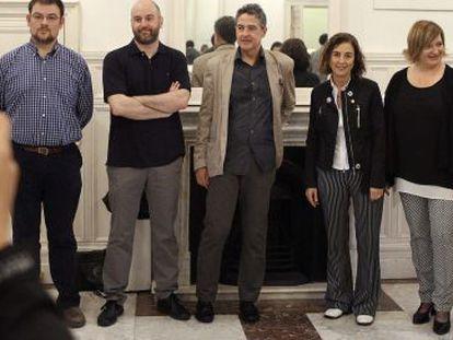 La consejera de Educación y Cultura, Cristina Uriarte, tercera por la derecha, tercera por la derecha, junto a participantes en la apertura este miércoles de 'Cine vasco: tres generaciones de cineastas'.