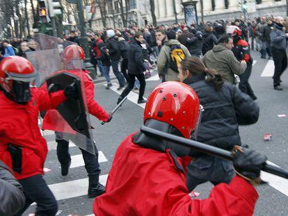 Agentes de la Ertzaintza cargan contra un piquete durante la jornada de huelga general en Bilbao por la reforma de las pensiones en 2019