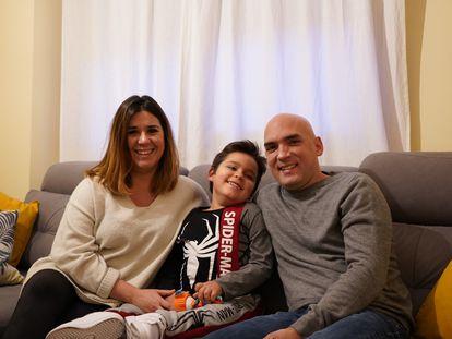 El hijo de Lola e Ismael, Víctor de seis años, padece  Atrofia Muscular Espinal,  una enfermedad rara que produce debilidad muscular y pérdida de movimiento