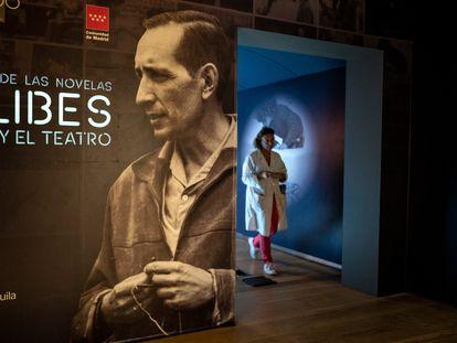 La exposición 'Delibes, más allá de las novelas' abre sus puertas hasta enero en la Biblioteca Regional Joaquín Leguina de Madrid.