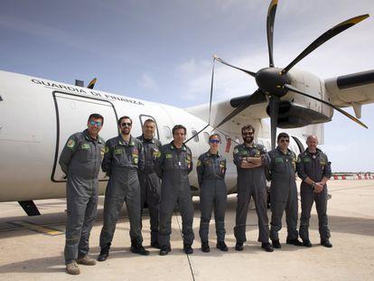 Los miembros de la tripulación del avión de vigilancia ATR-42 de la Guardia di Finanza, junto a la aeronave antes de comenzar el vuelo