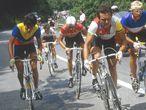 Luis Herrera Lucho herrera, Bernard Hinault y Lauren Fignon durante el Tour de Francia de 1984 en la subida al Alpe d'Huez. El ciclista Colombia fue finalmente quien se llevó la gloria y puso su nombre en la historia del puerto de las 21 curvas.