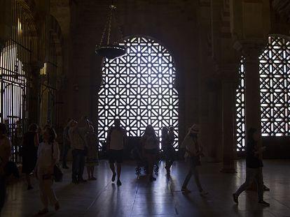 En el centro la celosía que realizó el arquitecto Rafael de la Hoz en 1972 vistas desde dentro de la Mezquita-Catedral de Córdoba en 2016, antes de ser desmantelada.