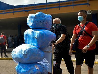 Ciudadanos cubanos en el aeropuerto José Martí en La Habana, en noviembre de 2020.