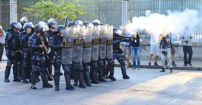 La policía se enfrenta a los manifestantes alrededor del estadio.
