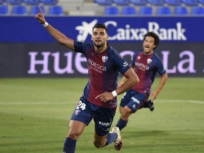 Rafa Mir celebra el segundo gol del Huesca al Numancia.