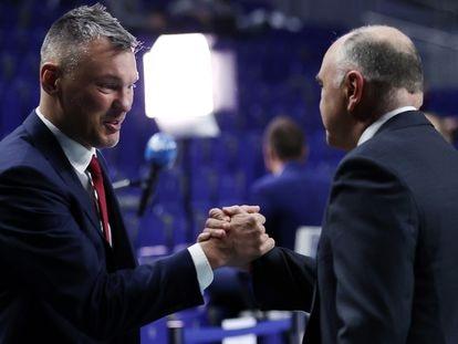Laso y Jasikevicius se saludan antes de un Madrid-Barça de la temporada pasada. ACBPHOTO