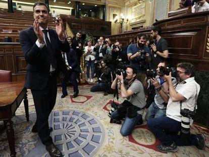 Pedro Sánchez posa para la prensa gráfica en el hemiciclo tras el debate de la moción de censura.