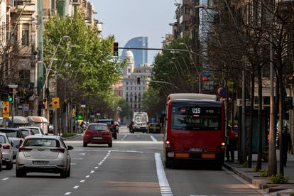 Tráfico en una calle de Barcelona durante el estado de alarma para frenar la covid-19.