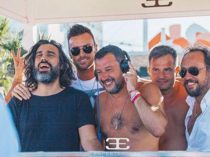 Matteo Salvini, en la cabina del pinchadiscos del Papeete Beach, en Milano Marittima el 3 de agosto de 2019.