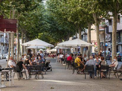 Una terraza del barrio de Cappont, de Lleida capital, el lunes, primer día laborable del confinamiento. JAVIER MARTÍN