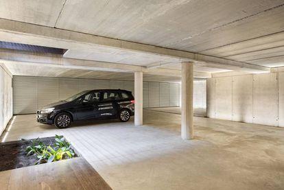 El garaje es uno de los espacios más espectaculares de la vivienda y de los más deseados por las firmas de vehículos de lujo para rodar 'spots'. |
