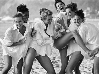 Las modelos Estelle Lefébure, Karen Alexander, Rachel Williams, Linda Evangelista, Tatjana Patitz y Christy Turlington fotografiadas por Peter Lindbergh en Santa Mónica (California) en 1988.