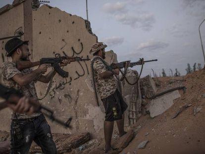 Combatientes se enfrentan con las fuerzas del autodenominado Ejército Nacional Libio, dirigido por el general Jalifa Hafter, el pasado 21 de agosto en Trípoli.