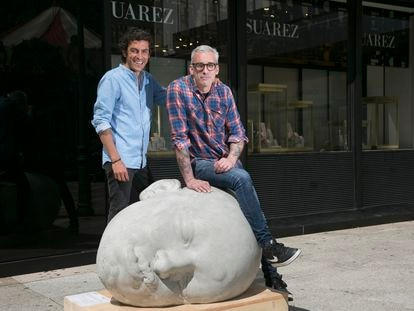 Gabriel Suárez, joyero, y (sentado) Samuel Salcedo, escultor, junto a una de las esculturas creadas por el último y situadas en la plaza de Serrano.