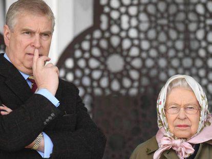 Andrés de Inglaterra y la reina Isabel II, en el castillo de Windsor. En vídeo, fragmentos de la entrevista que concedió el príncipe al programa Newsnight de la BBC.