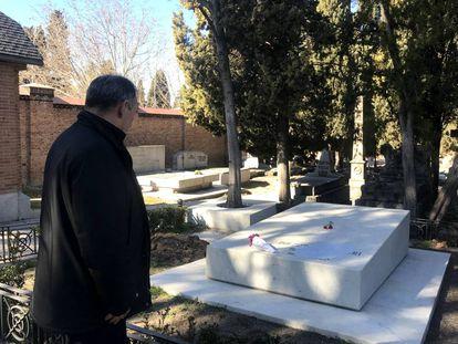 El secretario general del Partido Comunista, Enrique Santiago enfrente de la tumba de Dolores Ibárruri hoy en el cementerio de la Almudena