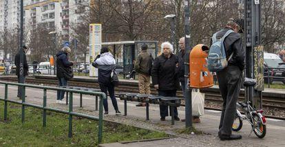Un grupo de ciudadanos espera el tranvía en el barrio de Marzahn, a las afueras de Berlín, el pasado martes.